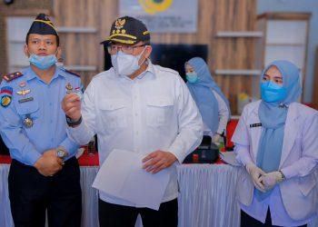 Bupati Muba, Dodi Reza Alex, menunjukkan jenis vaksin kehadapan warga binaan pada pelaksanaan vaksinasi di Lapas Kelas II B Sekayu, Senin (9/8/2021). (fornews.co/humas pemkab muba)