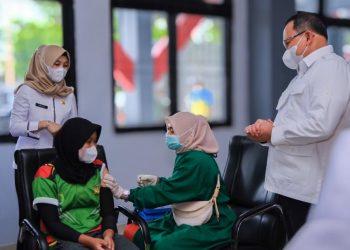 Bupati Muba, Dodi Reza Alex, melihat langsung salah satu atlet yang di vaksin, di Stadion Serasan Sekate Sekayu, Rabu (18/8/2021). (fornews.co/humas pemkab muba)