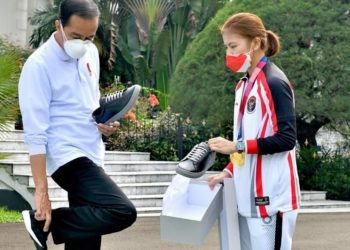 Presiden Jokowi mencoba sepatu sneaker baru Fine Counsel karya atlet bulutangkis Indonesia Greysia Polii di Istana Negara, Jumat (13/8/2021). (fornews.co/ist IG @ Jokowi)