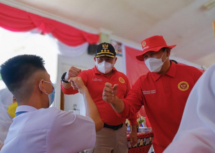 Bupati Muba, Dodi Reza Alex dan Kabinda Sumsel, Brigjen TNI Armansyah SH saat berbincang dengan pelajar yang akan di vaksin di SMP Negeri 6 Unggul Sekayu, Sabtu (11/9/2021). (fornews.co/humas pemkab muba)