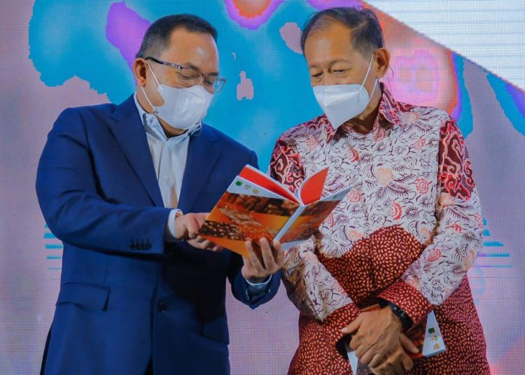 Bupati Muba Dodi Reza Alex bersama Founder and Chairman MarkPlus Inc, Hermawan Kartajaya, pada cara peluncuran buku Musi Banyuasin 2030: World Capital of Sustainable Energy Based on Palm-Oil (BOP) di Hotel Santika Premiere Palembang, Kamis (30/9/2021). (fornews.co/humas pemkab muba)