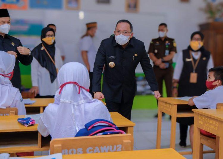 Bupati Muba, Dodi Reza Alex saat meninjau langsung PTM di sejumlah sekolah di Kota Sekayu, beberapa waktu lalu. (fornews.co/humas pemkab muba)