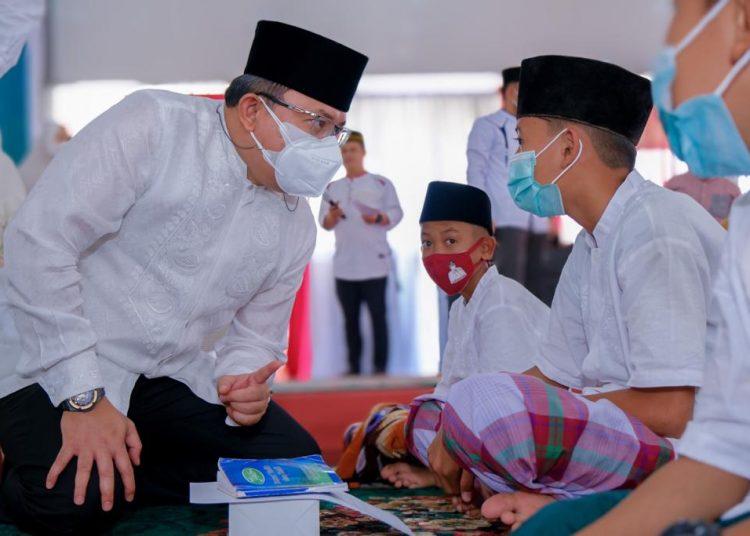 Bupati Muba Dodi Reza Alex bercengkrama dengan santri dari Ponpes Salamun Aitam, pada doa bersama HUT Muba, Rabu (22/9/2021). (fornews.co/humas pemkab muba)