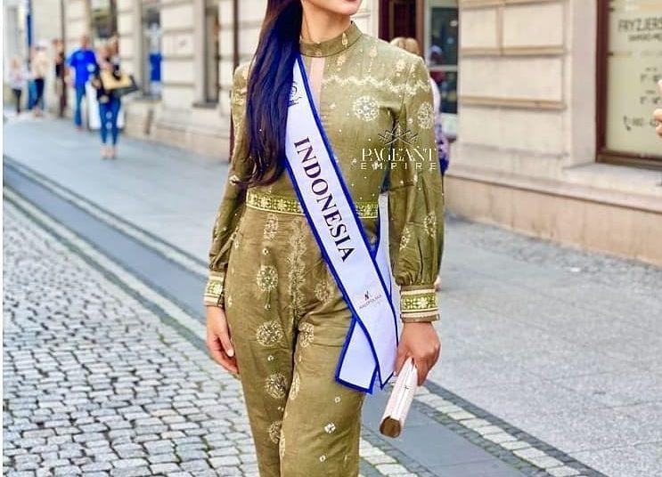 Jihane Almira Chedid, wakil Indonesia pada ajang Miss Supranational 2021, saat mengenakan Gambo Muba pada sesi pemotretan. (fornews.co/ist)