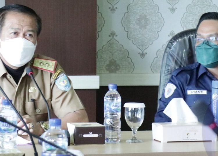 Sekda OKU Selatan, H Romzi saat melakukan rapat bersama pihak BPR Baturaja dalam rangka pembahasan rencana kerjasama dan pembangunan patung atau Tugu Ikan Mujair di Danau Ranau. (Fornews.co/ist)