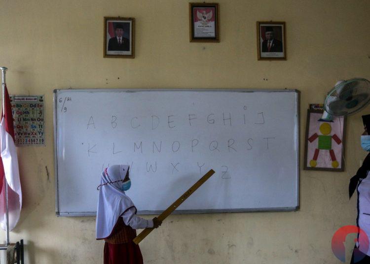 Murid Kelas 1 SDN 41, Kelurahan 20 Ilir D IV Kecamatan Ilir Timur I Palembang mulai belajar di kelas, Senin (6/9/2021). (fornews.co/mushaful imam)