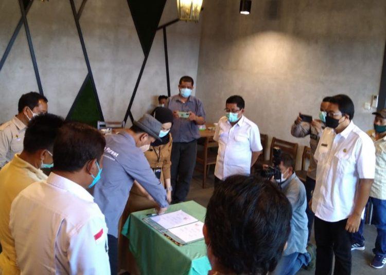 Suasana penandatanganan NKK pola KTH Suban Sepakat, Desa Sako Suban dengan PT REKI dan Dinas Kehutanan Sumsel, Kamis (9/9/2021). (fornews.co/humas pemkab muba)