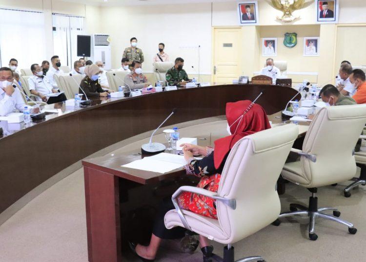 Sekda Muba, Apriyadi saat memimpin rapat evaluasi pelaksanaan PTM selama satu bulan di Ruang Rapat Serasan Sekate, Rabu (29/9/2021). (fornews.co/humas pemkab muba)