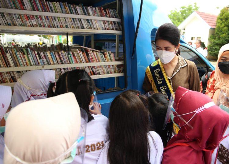 Thia Yufada Dodi Reza mendapat penghargaan Nugra Jasa Dharma Pustaloka dari Perpustakaan Nasional, atas program fasilitas baca yang dijalankannya selama empat tahun ini di Muba. (fornews.co/humas pemkab muba)