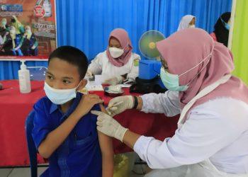 Pelajar SMK Negeri 1 Sekayu, saat menerima suntikan vaksinasi dari vaksinator, Rabu (8/9/2021). (fornews.co/humas pemkab muba)