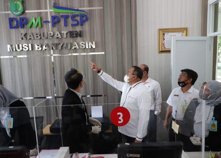 Bupati Muba, Dodi Reza Alex, saat memberikan arahan di kantor Dinas PMPTSP Muba, beberapa waktu lalu. (fornews.co/humas pemkab muba)