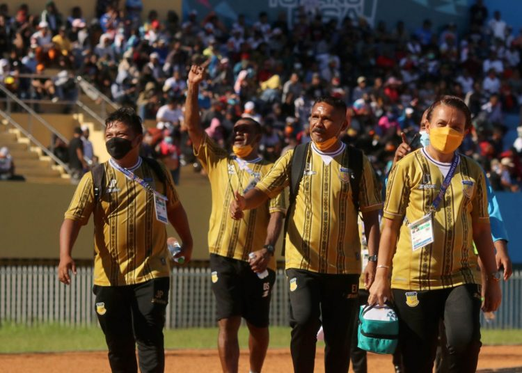 Pelatih Kepala Tim PON Papua, Eduard Ivakdalam (kedua dari kanan) bersama tim official Sepakbola putra PON Papua. (fornews.co/ foto:PB PON XX Papua/Husni Oa)