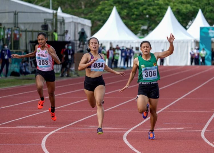 Sri Mayasari asal Sumsel (kanan) finish pertama dan meraih medali emas di nomor lari 200 meter putri PON XX Papua yang digelar di arena atletik Mimika Sport Complex, Senin (11/10/2021). (fornews.co/Foto: Humas PPM/Fernando Rahawarin)