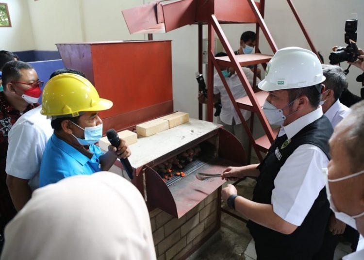 Gubernur Sumsel Herman Deru, saat berdialog dengan peserta pelatihan kewirausahaan di Kantor UPTD BLKPPkT Disnakertrans Sumsel, Rabu, (13/10/2021). (fornews.co/humas pemprov sumsel)