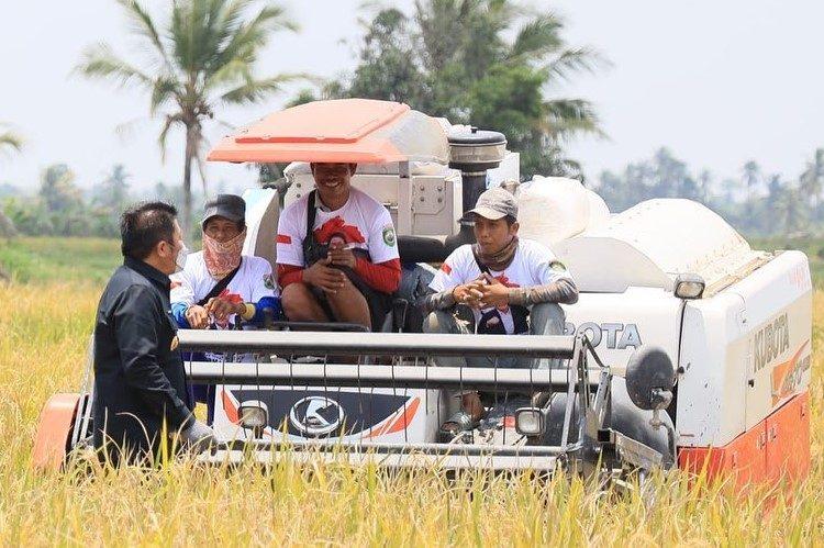 Gubernur Sumsel Herman Deru berdialog dengan petani, di sela-sela panen raya di Desa Sungai Rebo Kabupaten Banyuasin, Selasa (12/10/2021). (fornews.co/humas pemprov sumsel)