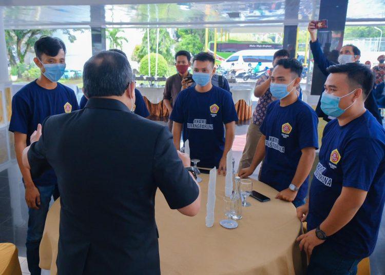 Bupati Muba, Dodi Reza Alex Noerdin saat berbincang dengan para anggota Karang Taruna Kabupaten Muba. (fornews / ist)