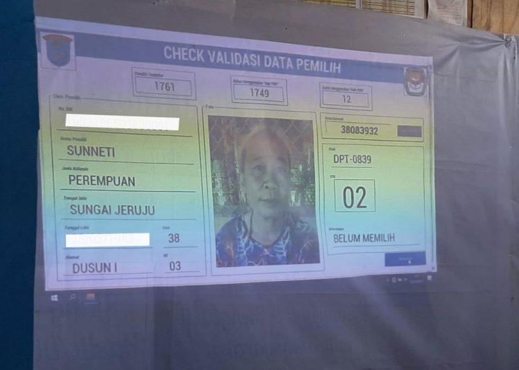 Proses validasi data salah seorang pemilih. (fornews/ist)