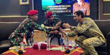 Pemimpin senior Angkatan Darat Australia, Mayor Jenderal Justin Frederick Ellwood, DSC, AM, berdialog dengan Danjen Kopassus Mayjen TNI Mohammad Hasan, saat berkunjung ke markas Makopassus, beberapa waktu lalu. (fornews.co/ist)