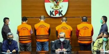 Bupati Muba, Dodi Reza Alex (paling kanan) saat dihadirkan KPK pada konferensi pers terkait OTT atas dugaan tindak pidana korupsi, Sabtu (16/10/2021). (fornews.co/ist)