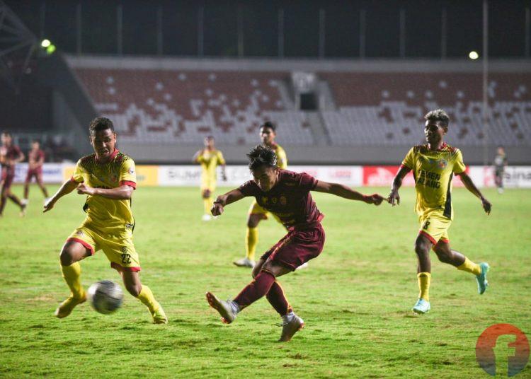 Sriker Sriwijaya FC melepaskan tembakan kaki kiri ke arah gawang Semen Padang, pada partai kedua penyisihan Grup A Liga 2 Indonesia, di Stadion Gelora Sriwijaya Jakabaring, Palembang (11/10/2021). (fornews.co/mushaful imam)