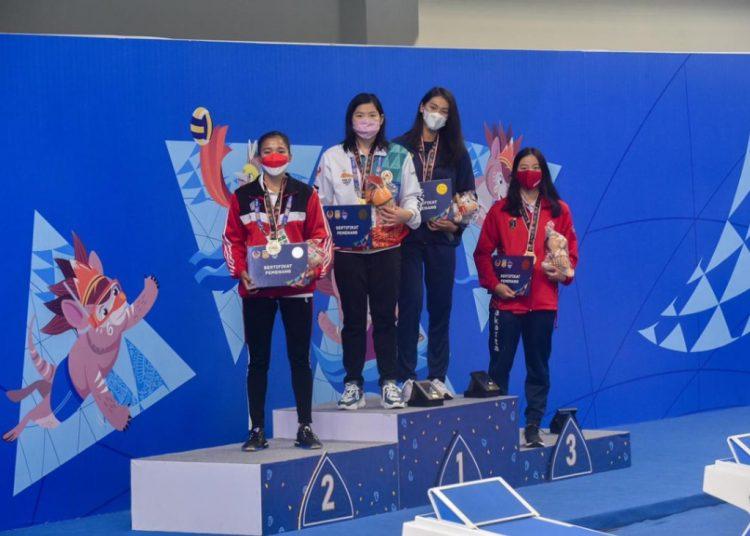 Atlet selam Papua, Margaretha Herawati dari Papua, akhirnya meraih medali emas untuk cabang olahraga Selam Kolam nomor 50 M Bifins Putri, di arena Aquatik, kawasan Stadion Lukas Enembe, Rabu (06/10/2021). (fornews.co/Humas PB PON XX Papua)