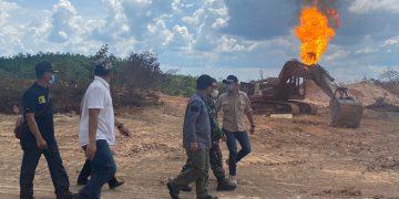 Sekda Muba, Apriyadi bersama Forkopimda saat melihat langsung kondisi terbakarnya sumur minyak ilegal di Dusun V Desa Keban 1 Kecamatan Sanga Desa, Rabu (20/10/2021). (fornews.co/humas pemkab muba)